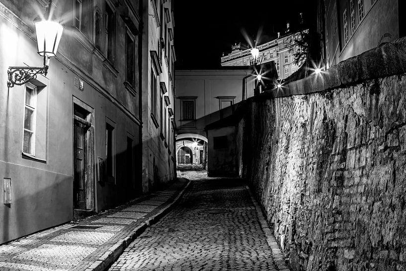 In de straten van de oude stad Praag van Frank Herrmann