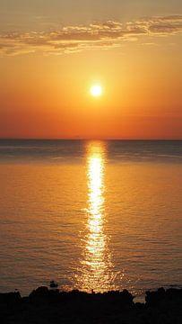 Sonnenaufgang am Meer, orange leuchtend, Mallorca van Edeltraut K. Schlichting