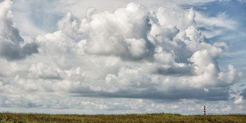 De wolken en de vuurtoren van