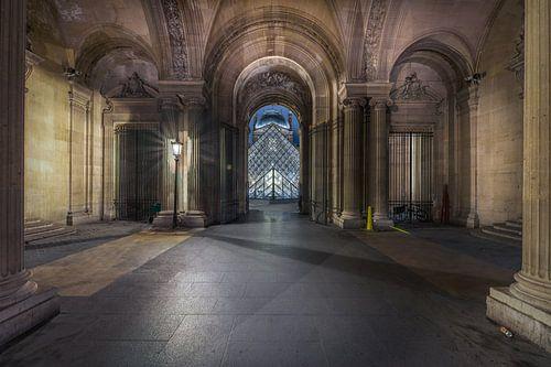 Avond in Parijs bij het Louvre van Joeri Van den bremt
