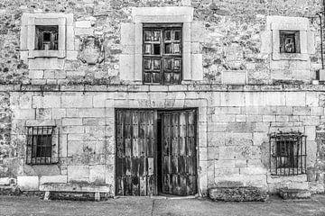 Altes Haus im nordspanischen Dorf Moarves de Ajedo von Harrie Muis