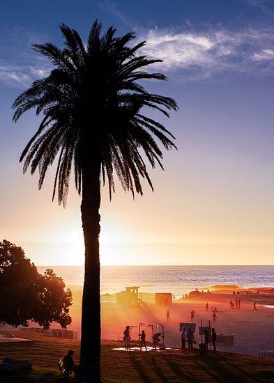 Zomerse zonsondergang aan het strand In Zuid Afrika