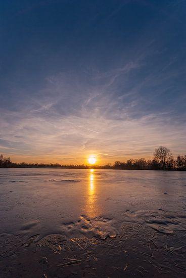 Frozen lake at sunset van Malte Pott