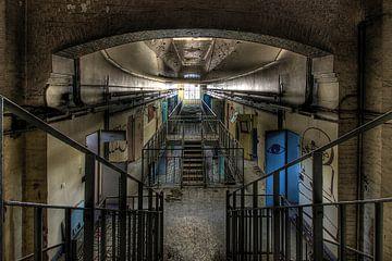 Gang met cellen. Urban exploring van Henk Elshout