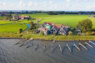 Vue aérienne des maisons traditionnelles sur Marken aan het IJsselmeer sur Nisangha Masselink