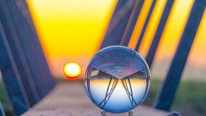 Glazen bol bij zonsopkomst