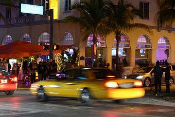 Taxi in Miami Beach at night van Francesco Faes
