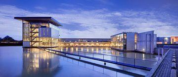 Modern design bedrijfsarchitectuur tijdens de schemering van Tony Vingerhoets