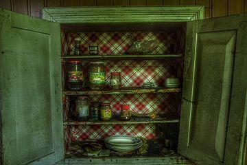 Een verlaten kast in oud vervallen en verlaten huis van Melvin Meijer