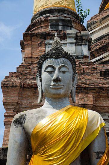 Boeddha gekleed in een goudkleurig gewaad