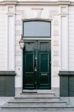 Haustür eines Grachtenhauses in Haarlem. von Manon Galama