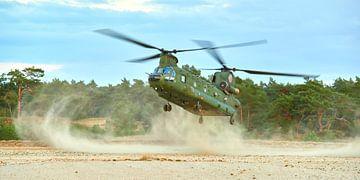 Chinook transporthelikopter tijdens een brown-out landing van Jenco van Zalk