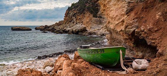 Vissersboot aan de Costa Blanca kust in Spanje van Peter Bolman
