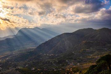 Blick von Gerace - Italien von Dennis van den Worm