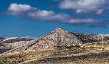 Boerderij op de flanken van de bergen van Quemada, Lanzarote, von Harrie Muis