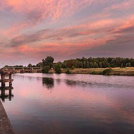 foto van een sfeervolle zonsongang aan de sluizen van de  rivier de leie in Menen, West-Vlaanderen,  van Krist Hooghe