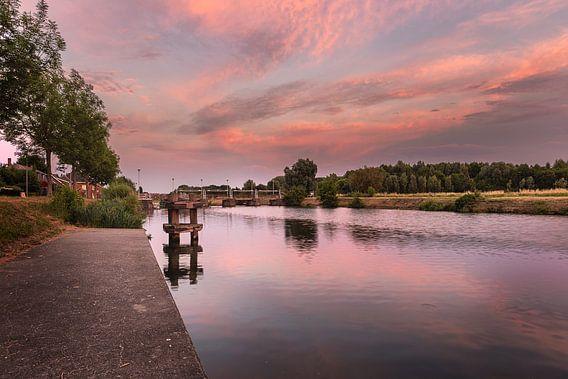 foto van een sfeervolle zonsongang aan de sluizen van de  rivier de leie in Menen, West-Vlaanderen,