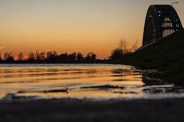 Zonsondergang ijsselbrug Zwolle van Evelien Stijf