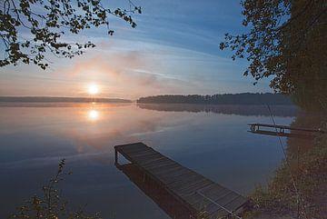 Dageraad op het meer, houten pier. Dageraad op het meer, houten pier. roze zon, landschap in blauwac van Michael Semenov