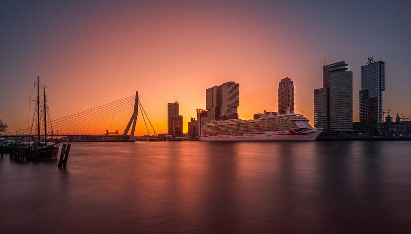 De P&O Britannia tijdens zonsopkomst in Rotterdam van MS Fotografie | Marc van der Stelt