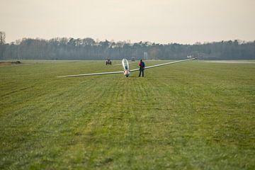 Zweefvliegtuig op grasveld van