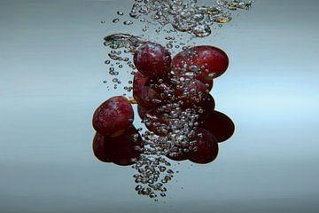 Druiven in water van Etienne Rijsdijk