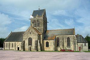 Amerikaanse parachutist hangt nog steeds aan de kerktoren in Sainte-Mère-Église. van