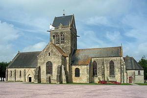 Amerikaanse parachutist hangt nog steeds aan de kerktoren in Sainte-Mère-Église.