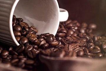 Stilleven koffiebonen van Dominique van Ojik