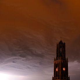 Dunkler Dom Tower mit Gewitterwolke in Utrecht von Donker Utrecht