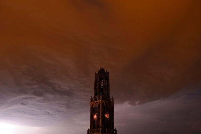 Donkere Domtoren met donderwolk in Utrecht van Donker Utrecht