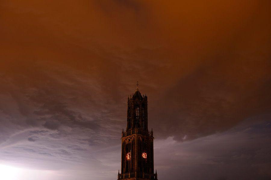 Donkere Domtoren met donderwolk in Utrecht