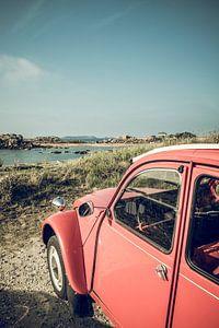 Franse klassieke Citroën 2CV auto geparkeerd in de duinen in de buurt van het strand in Bretagne, Fr