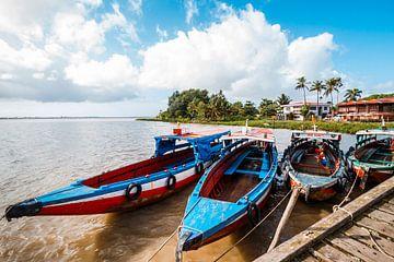 Kleurrijke bootjes Suriname van Prints by Abigail Van Kooten