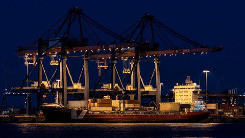 Containerschip in belading bij nacht