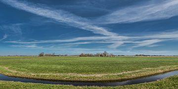 Zicht op het Friese landschap van de Slachtedyk met een gestreepte wolkenparty van Harrie Muis
