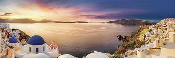 Het dorp Oia op het eiland Santorini in de zachte zonsopgang boven de Middellandse Zee van Fine Art Fotografie