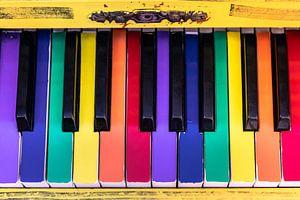 Un vieux piano aux touches colorées