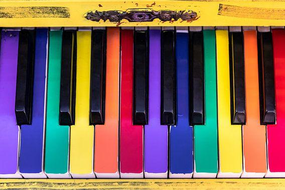 Oude piano met kleurrijke toetsen