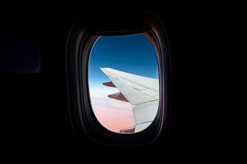 Vliegtuigvleugel boven de Sahara van Alwin Kroon