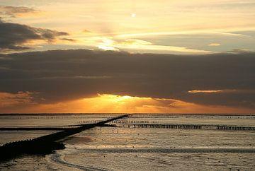 Zonsondergang boven de Waddenzee bij Holwerd van