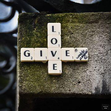 GIVE LOVE - streetart van Photo Julleke