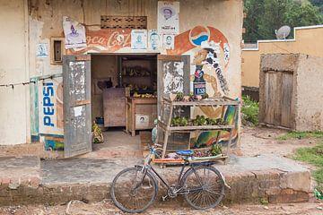 Lokale supermarkt in de middel of nowhere in Oeganda, Afrika van Laura de Kwant