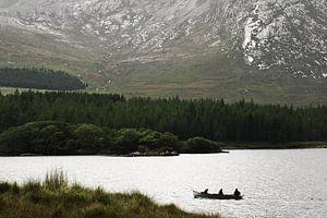 Vissersbootje op een meer in Connemara, County Galway, Ierland