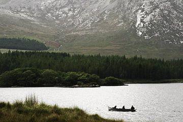 Vissersbootje op een meer in Connemara, County Galway, Ierland van Roel Janssen