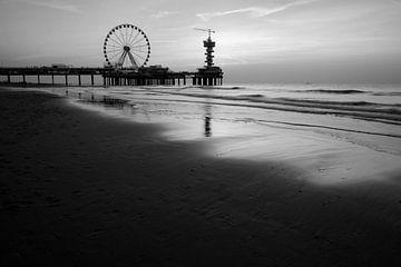 Zonsondergang Scheveningen in zwart wit van Arjen Roos