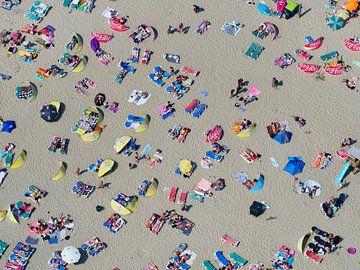 Badgasten op het strand van Zandvoort op een warme zomerse dag von Marco van Middelkoop