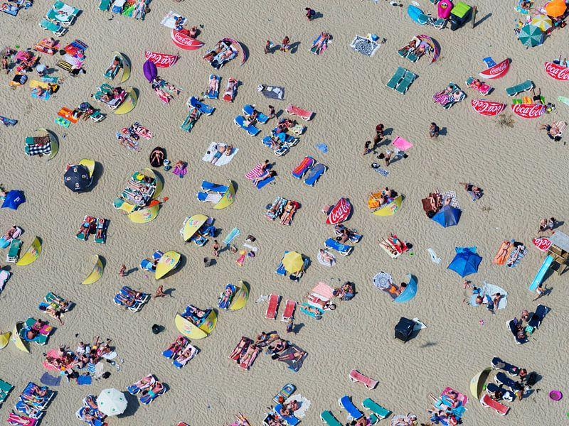 Badgasten op het strand van Zandvoort op een warme zomerse dag