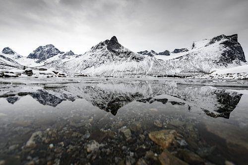Panoramisch uitzicht op het eiland Senja in Noord-Noorwegen tijdens een koude winterdag.