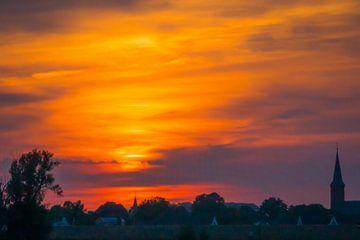 Kirchendorf bei Sonnenuntergang von Mischa Corsius